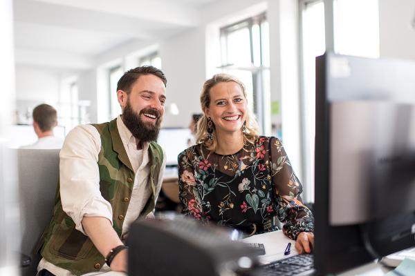 Mann und Frau arbeiten am PC